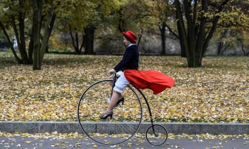 """Una ragazza partecipa a una tradizionale gara in bicicli d'epoca chiamata """"One Mile Race"""", al Letna Park di Praga, nella Repubblica Ceca."""