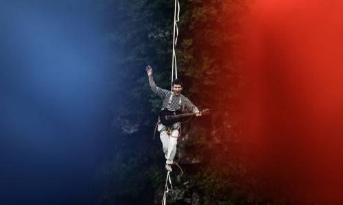 Il musicista e funambolo francese Bastien Romero suona sospeso su un burrone di 1.400 metri sulle alture della Cina