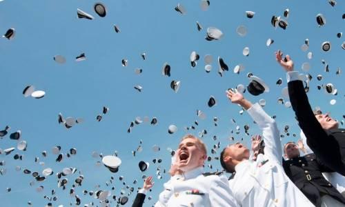 Cerimonia di fine corso dei cadetti della Marina Militare americana all'Accademia di Annapolis.