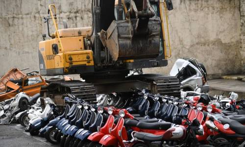 Manila: distruzione di scooter Vespa sequestrati alla presenza del presidente Duterte.