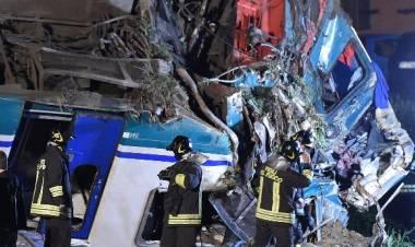 Caluso, treno travolge camion fermo sui binari: due morti e 20 feriti