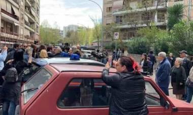 """Casal Bruciato, continua la protesta anti-rom: """"Case agli italiani"""". E una donna con bimbo occupa la casa destinata a famiglia nomade"""