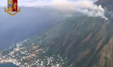 Stromboli, la paura e la rabbia. «Noi, lasciati soli sotto il vulcano»