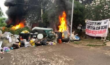 Roma, barricate date alle fiamme e oggetti contro i poliziotti: al via lo sgombero in via Cardinal Capranica