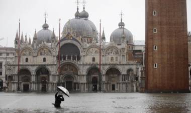 Venezia, la marea sale più del previsto. Piazza San Marco di nuovo allagata