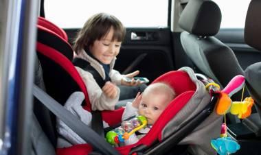 Dai seggiolini agli airbag: le regole per far viaggiare i bambini in auto in modo sicuro