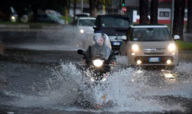 Meteo, venerdì di allerta in mezza Italia: piogge e temporali, le regioni interessate