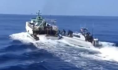 Lampedusa, la Guardia di finanza insegue un peschereccio tunisino e apre il fuoco: il video