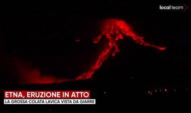 Etna, il ruggito del vulcano: eruzione spettacolare e alta colonna di fumo