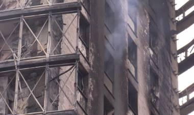 """Incendio Milano, la rabbia dei resindenti: """"Come fa a bruciare così un palazzo di 10 anni fa?"""""""