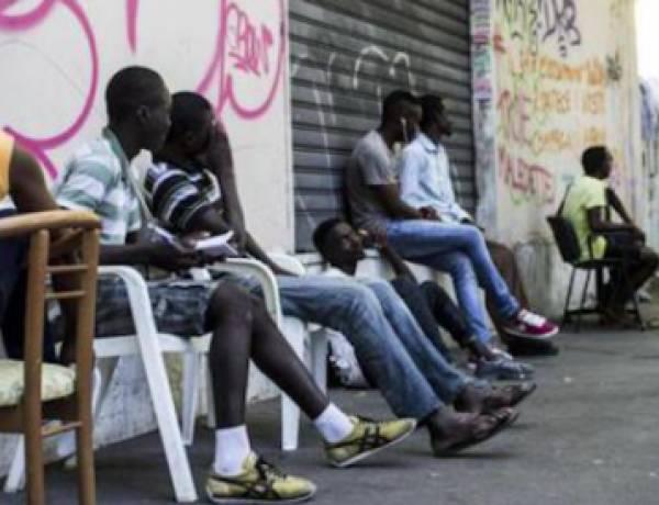 """Falsi profughi protestano davanti alla Prefettura di Vicenza: """"Vogliamo Sky"""""""