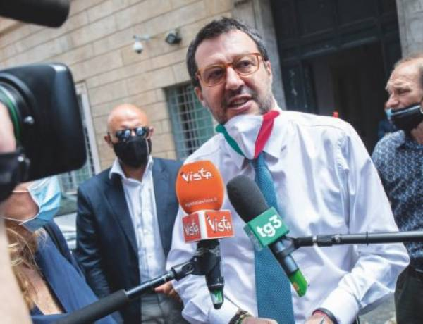 """Migranti, Giuseppe Conte smentito da Matteo Salvini: """"Inflessibile? Guardate questa percentuale sugli sbarchi"""""""