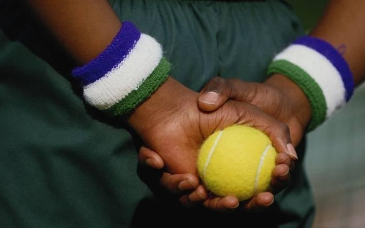 Una pallina da tennis per alleviare i dolori alla schiena