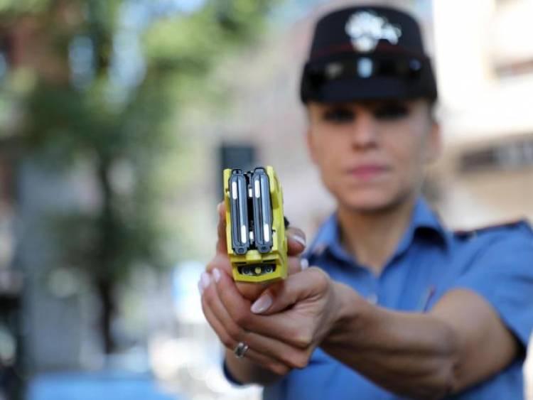 Salvini: «Da giugno le pistole elettriche alle forze dell'ordine»