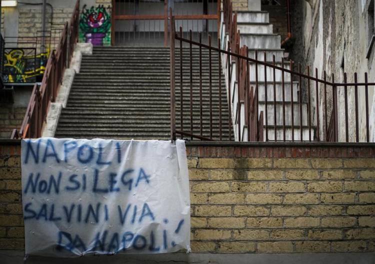 """""""I terroni non dimenticano"""". Napoli prepara l'accoglienza a Salvini a colpi di striscioni"""