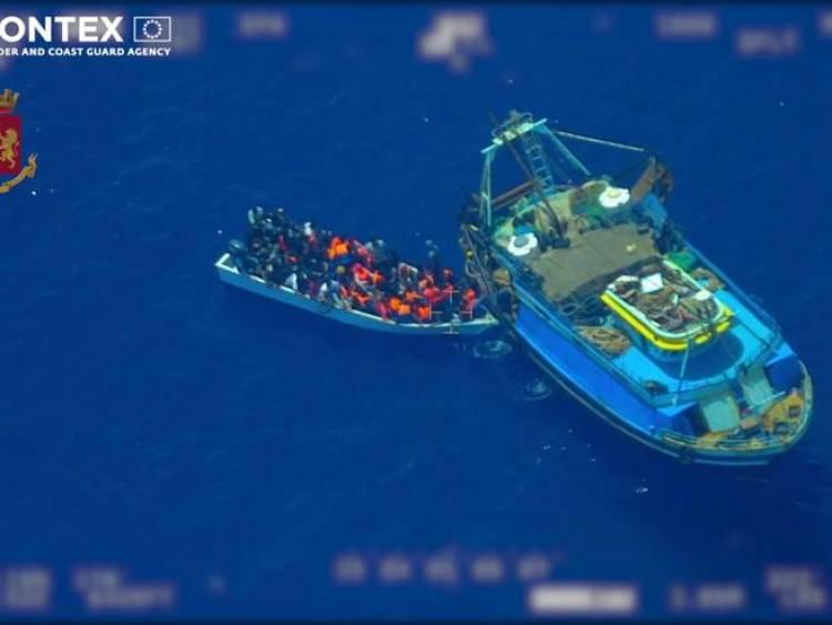 Migranti, il trucco della «nave madre»: accompagnati vicino a Lampedusa e poi lasciati sul barchino