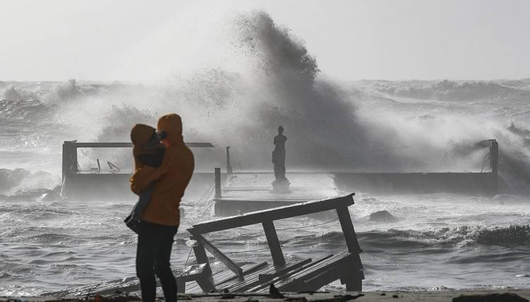 Maltempo, forti venti e piogge sferzano l'Italia. Un morto a Napoli per la caduta di un albero