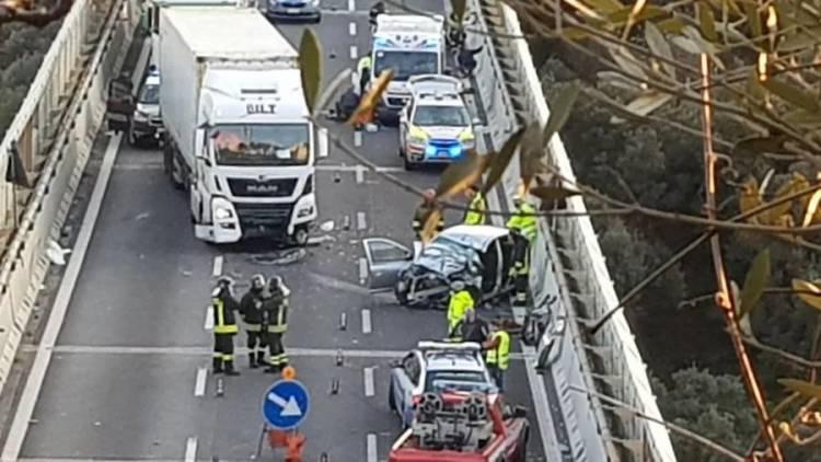 Scontro frontale tra un camion e un'auto sulla A 10 a Celle: una donna in gravi condizioni
