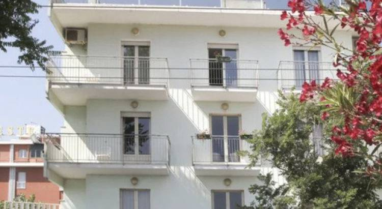 Ragazza in vacanza cade dal balcone dell'hotel, giallo a Riccione. «Volo di sette metri»